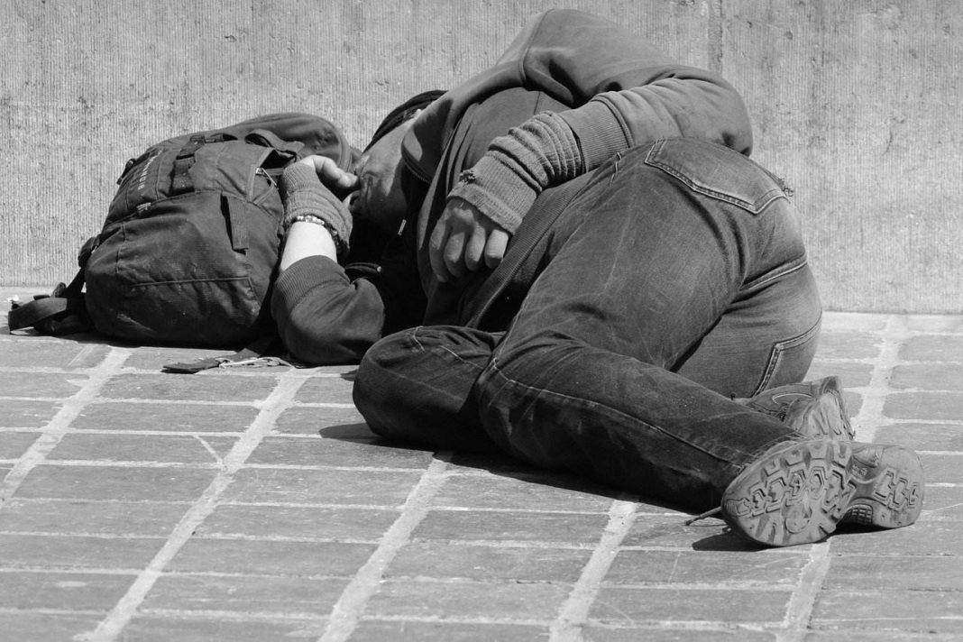 Człowiek śpi na ziemi